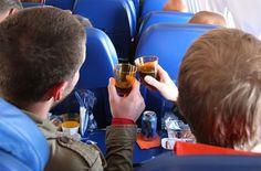 Những thời điểm nên mời đồ uống người kế bên trên máy bay