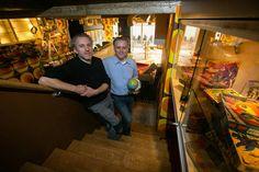 """Na meer dan veertig jaar maar liefst één miljoen retrospullen verzameld te hebben, doen Hasselaren Roger en Willy Weyns hun unieke collectie van de hand via een opvallende zaak op het Dusartplein. Met 'Retrooz' combineren ze een shop met bistro. """"Al vrezen we dat er nog meer spullen gaan bijkomen dan we zullen verkopen"""", lachen ze. - Hasselt"""