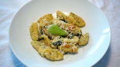 Slik lager du gnocchi - enkel hjemmelaget pasta - For over et år siden var jeg på besøk hos en god venn og fikk servert en fantastisk mangeretters middag. Det var sikkert ti retter laget av de beste råvarene som finnes, men likevel var det en litt beskjeden gnocchi-forrett som satte spor i matsjela mi. I over ett år har jeg tenkt ofte på denne retten, som for det meste besto av ost og salvie, men ikke gjort noe med det. Helt til jeg fikk skikkelig lyst til å lage hjemmelaget pasta, men uten…