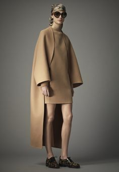 Valentino Pré-Automne 2014.  Another long coat with short dress, in soft, flattering biscuit-coloured wool.  Again, I am in awe:  the cut, the shape, the fit...even the shawl collar is absolutely flawless.
