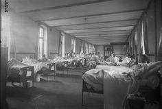 Hôpital Janson de Sailly, salle n° 4 (allignement de lits avec personnel médical dans le fond de ce qui est en fait le lycée Janson de Sailly transformé en hôpital) : photographie de presse / Agence Rol