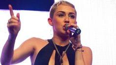 Miley Cyrus schockt mit seltsamen Outfit bei ihrem Konzert