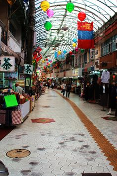 Open-air street market in Naha-shi, Okinawa, Japan. Okinawa Japan, Okinawa Food, Kyoto Japan, Naha, Places To See, Places Ive Been, Japanese Geisha, Japanese Kimono, Sea Glass Beach