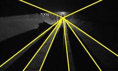 8.In Arancia meccanica Kubrick fa uso ,come nella famosa scena di ultra violenza nei confronti di un mendicante,all'inizio del film, della prospettiva anche in scene all'aperto. Si noti soprattutto come in essa anche le ombre, grazie all'utilizzo di specifiche luci, concorrono tutte in un'unico punto.