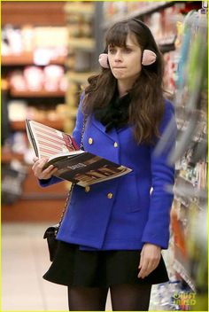 Half baked: Zooey Deschanel was spotted with a cook book buying ingredients for a New Year's Eve cake fest on Sunday at a Gelson's supermarket in Los Angeles Zooey Deschanel Style, Zoey Deschanel, Logan Lerman, Amanda Seyfried, New Girl Style, My Style, Cute Fashion, Girl Fashion, Jessica Day