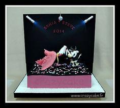 Gâteau de mariage créé spécialement pour Sonia et Steve Le gâteau représente une piste de danse lors d'une soirée déguisée, lieu où se sont rencontrés les mariés.  Mullerthal, Luxembourg - 14 juin 2014