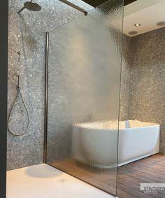 Il vetro per box doccia Kathedral, affascina come la pioggia sui vetri, la sua superficie morbida e crespa gioca sulla nitidezza: più ci si allontana dal box doccia più i contorni all'interno si sfocano. Il mistero non è mai stato così amico della luce. Shower Enclosure, New Trends, Bathtub, Bathroom, Standing Bath, Washroom, Bathtubs, New Fashion, Bath Tube