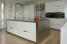 SANTOS kitchen   Diseño de cocina Minos-L en Blanco #cocinasblancas. Proyecto de Área Cocina Integral, distribuidor exclusivo de Santos en Cáceres