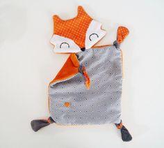 """Doudou """"renard"""" idéal comme jouet sensoriel pour votre bébé part ses différentes matières dont le minky, matière très douce principalement utilisé pour la confection bébé - 18603933"""