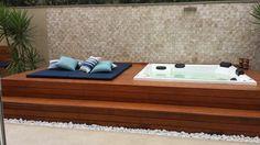Spa no jardim com deck de madeira