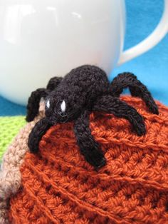 A crochet spider applique pattern is a perfect pattern for a spooky Halloween or if you just like spiders. This crochet design is perfect for Hallowee. Crochet Home Decor, Crochet Crafts, Easy Crochet, Crochet Hooks, Crochet Ideas, Halloween Spider, Halloween Party, Halloween Crochet Patterns, Slip Stitch