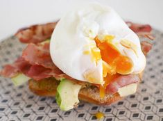 Brood met avocado, bacon en een gepocheerd ei | Foodaholic.nl