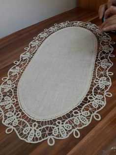 Akcaabat hem Crochet Flower Tutorial, Crochet Lace Edging, Crochet Doilies, Crochet Flowers, Hand Embroidery Patterns Flowers, Hand Embroidery Designs, Cross Stitch Patterns, Crochet Patterns, Romanian Lace