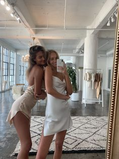 Make an appointment for a purchase in our loft in the DTLA .- Book an appointment to shop our loft in DTLA hochzeitsgast dresses Best Friend Pictures, Bff Pictures, Lake Pictures, Poses For Pictures, Party Pictures, Bff Goals, Best Friend Goals, Photo Adolescent, Shooting Photo Amis
