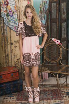 Lookbook Summer of Love Highly Preppy SS16 // Blusa bordada con pechera rosa