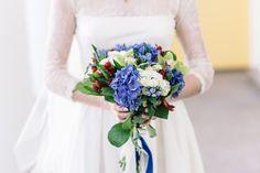 Идеальный образ невесты венчает правильно подобранный свадебный букет. В качестве завершающего штриха он способен подчеркнуть индивидуальность выбранного стиля.