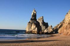 A ursa e os seus filhos, segundo a lenda que deu nome à praia - a Praia da Ursa http://www.portugalnummapa.com/praia-da-ursa/