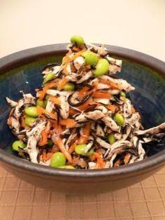 鶏とひじきのサラダ 鶏胸肉・ひじき・にんじん・枝豆・鶏の蒸し汁・玉ねぎ・生姜