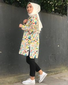 L'image contient peut-être : 1 personne, debout Pakistani Fashion Casual, Modest Fashion, Fashion Outfits, Womens Fashion, Hijab Fashionista, Street Hijab Fashion, Girl Photography Poses, Islamic Clothing, Mode Hijab