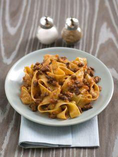 Pappardelle con ragu di cinghiale. - Le pappardelle al cinghiale sono un piatto tipico della Maremma grossetana, terra ricca di selvaggina, che si è diffuso anche nel resto della Toscana e in Umbria.
