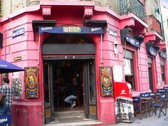 """""""""""BAR LA PERLA"""""""" Bar Notable. Fue fundada en 1882, en el barrio de La Boca. Sus clientes en esa epoca era los que trabajaban en el puerto. Hoy sus clientes  son mas que nada turistas extranjeros"""