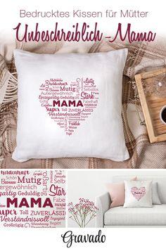 Mama ist unbeschreiblich? Dann ist das Kissen für die weltbeste Mama eine tolle Idee, um Mama am Muttertag mal so richtig schön Danke zu sagen! Das personalisierte Kasse mit Wortwolke ist ein tolles Geschenk für Mama zum Geburtstag, zu Weihnachten oder als Muttertagsgeschenk. Das Herz aus Worten ist ein schöner Spruch, mit dem Mama besonders gut auf dem Sofa kuschelt! Eine ausgefallene Geschenkidee von Kindern und erwachsenen! Aber auch als Dekoration für dias Sofa ist das Kissen super!