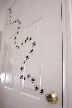 Magnetic Halloween spiders .... that makes it easier ...