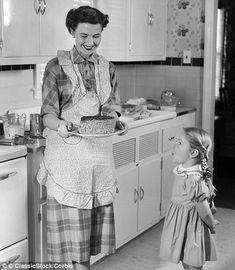 old mom Remembering Mom - Moms Kitchen Pantry Vintage Mom, Vintage Ladies, Vintage Bakery, Remembering Mom, Vintage Housewife, Vintage Kitchenware, Domestic Goddess, Vintage Pictures, Vintage Photographs
