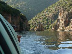 El río Duero en Aldeadávila, viajando en el barco.
