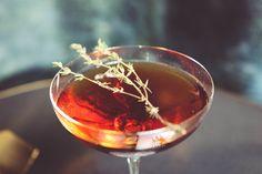 L'Eloit Ness par Paolo Calvera  .Dans un verre à mélange déjà rafraichi verser 5 cl de boubon infusé au thym, 3 cl de Martini Rubino, 3 traits d'absinthe et 3 traits de Peychaud bitter .Tweester le mélange .Verser dans une coupette .Décorer avec une brache de thym  Le mot du barman L'Eliot Ness est une création originale pour L'esprit Cabaret de Nolinski à déguster ce soir  #nolinskiparis #cocktailsdunolinski #grandsalon #evokhotelscollection