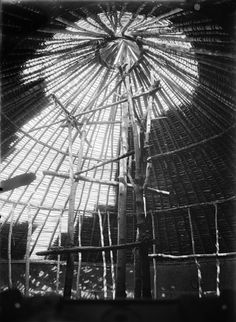 ROOF, SHOWING HOW THE CENTRE IS FORMED, AND HOW EVERYTHING IS BOUND TOGETHER. Locale: OKONDO'S VILLAGE, CONGO BELGE