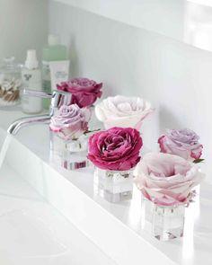 Schön Blumengestecke Selber Machen, Eine Einfache Deko Idee Für Das Bad,  Roseblüten In Kleinen Gläsern