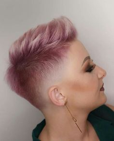 How to style the Pixie cut? Despite what we think of short cuts , it is possible to play with his hair and to style his Pixie cut as he pleases. Side Cut Hairstyles, Funky Hairstyles, Short Hairstyles For Women, Bob Hairstyle, Fringe Hairstyles, Hairstyles Haircuts, Very Short Hair, Short Hair Cuts, Short Hair Styles