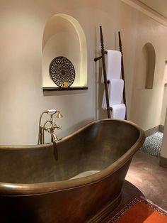 An Arabian interior design dream: Bathroom at Al Bait Sharjah in the United Arab Emirates Sharjah, Arabian Nights Bedroom, Traditional House, Traditional Interior, Bohemian Apartment, Arabic Design, Desert Homes, Furniture Design, Furniture Ideas