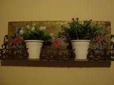 Floreira de parede pintada à mão.