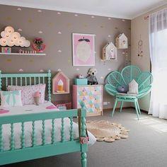 Quanta delicadeza numa foto só, gente! #bedroom #quarto #criança #children #cinza #verde #rosinha #fofura #decor #bed #cama #aconchegante #colors #decoraçaoétododia #decorlovers #detalhes #bomgosto #inspiração #interiores #designdeinteriores #decorative #arquitetura #ambiente #architecture #instagramdecor #encanto #adorodecorar