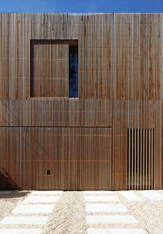 Maison individuelle bardage bois à claire voie par Avenier Cornejo Architectes