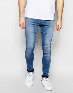 Jeans von ASOS Stretch-Denim helle Waschung elastischer Bund angedeuteter Hosenschlitz figurbetontes Design superenge Passform Maschinenwäsche 72% Baumwolle, 26% Polyester, 2% Elastan unser Model trägt Größe 81 cm/32 Zoll und ist 185,5 cm/6 Fuß 1 Zoll groß