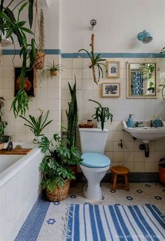 Weinlesebad mit sechseckigen Bodenfliesen weißen Flie… Vintage bathroom with hexagonal floor tiles white tiles antique bathtub blue accents wall frames and many plants. House Design, House Interior, Vintage House, Apartment Decor, Bathroom Art Decor, Amazing Bathrooms, Bathroom Plants, Home Office Design, Vintage Bathroom