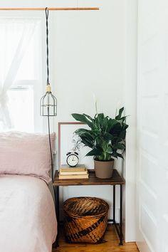 Table de chevet bois, panier en osier et affiche