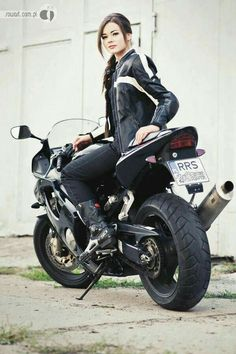 Can I get on the back of your bike. Lady Biker, Biker Girl, Motard Sexy, Chicks On Bikes, Motorbike Girl, Motorcycle Girls, Motorcycle Gear, Cafe Racer Girl, Ducati Monster