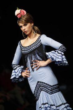 Los lunares, clásico en el Salón Internacional de la Moda Flamenca, con Pilar Vera. Beautiful Flamenco Dress!