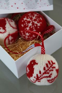 Arne and Carlos' 55 Christmas Balls to Knit - Knitting for beginners,Knitting patterns,Knitting projects,Knitting cowl,Knitting blanket Knitted Christmas Decorations, Knit Christmas Ornaments, Noel Christmas, Christmas Stockings, Christmas Fair Ideas, Navidad Diy, 242, Christmas Knitting Patterns, Diy Weihnachten