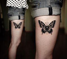 tatouage-papillon-de-nuit-noir-gris-jambe-femme