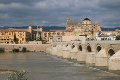 Córdoba. Römische Brücke (Puente Romano) über den Guadalquivir.