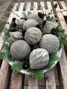 Fru Pedersens have: DIY Beton julekugler.Christmas tree ornaments filled with concrete.
