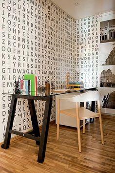 Letras vinílicas, do Studio Oficina e Art, fazem o caça-palavras na parede. Projeto das arquitetas Tieko Matsuda e Luciana Nogueira