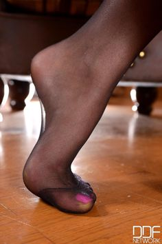everythingnylon:  pantyhoseforladiesblog:  Photo http://ift.tt/1SK3O0R  Oh yummy   www.hosefeetstudio.com