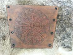 Bracelete feito em couro, com marcação manual e fechamento ilhós