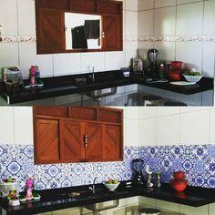 A Nathana escolheu o Adesivo Azulejo Bragança para renovar a cozinha e chamou sua amiga para ajudar na colagem dos adesivos.
